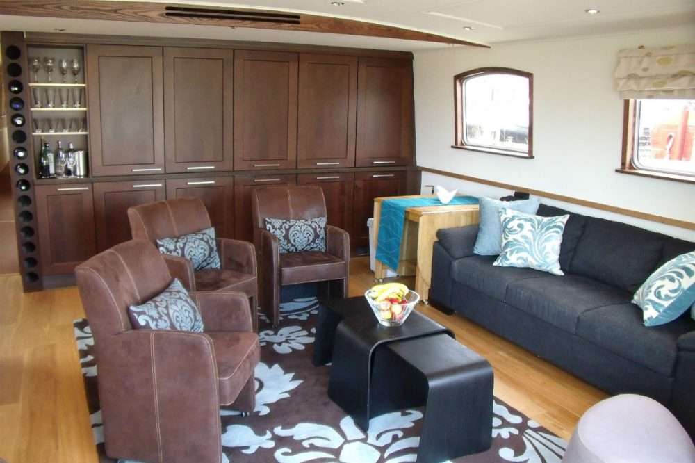 The lounge on the Savoir Vivre barge cruise in France